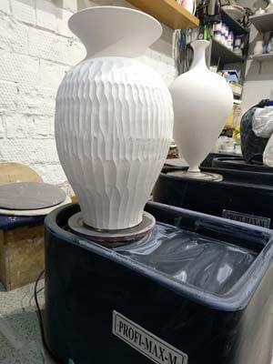 Гончарный круг. Большая ваза из белой глины.
