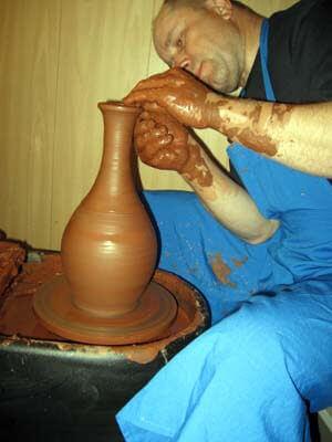 Ваза из красной глины на гончарном круге