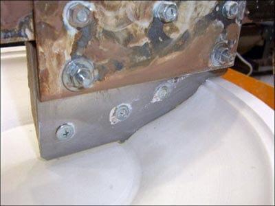 проточка гипсовой болванки металлическим шаблоном приставки